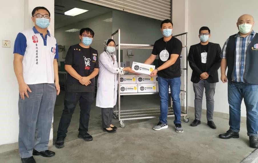 29/01/2021  本会青年团连同赞助商前往砂中央医院赠送10箱维他命饮料。