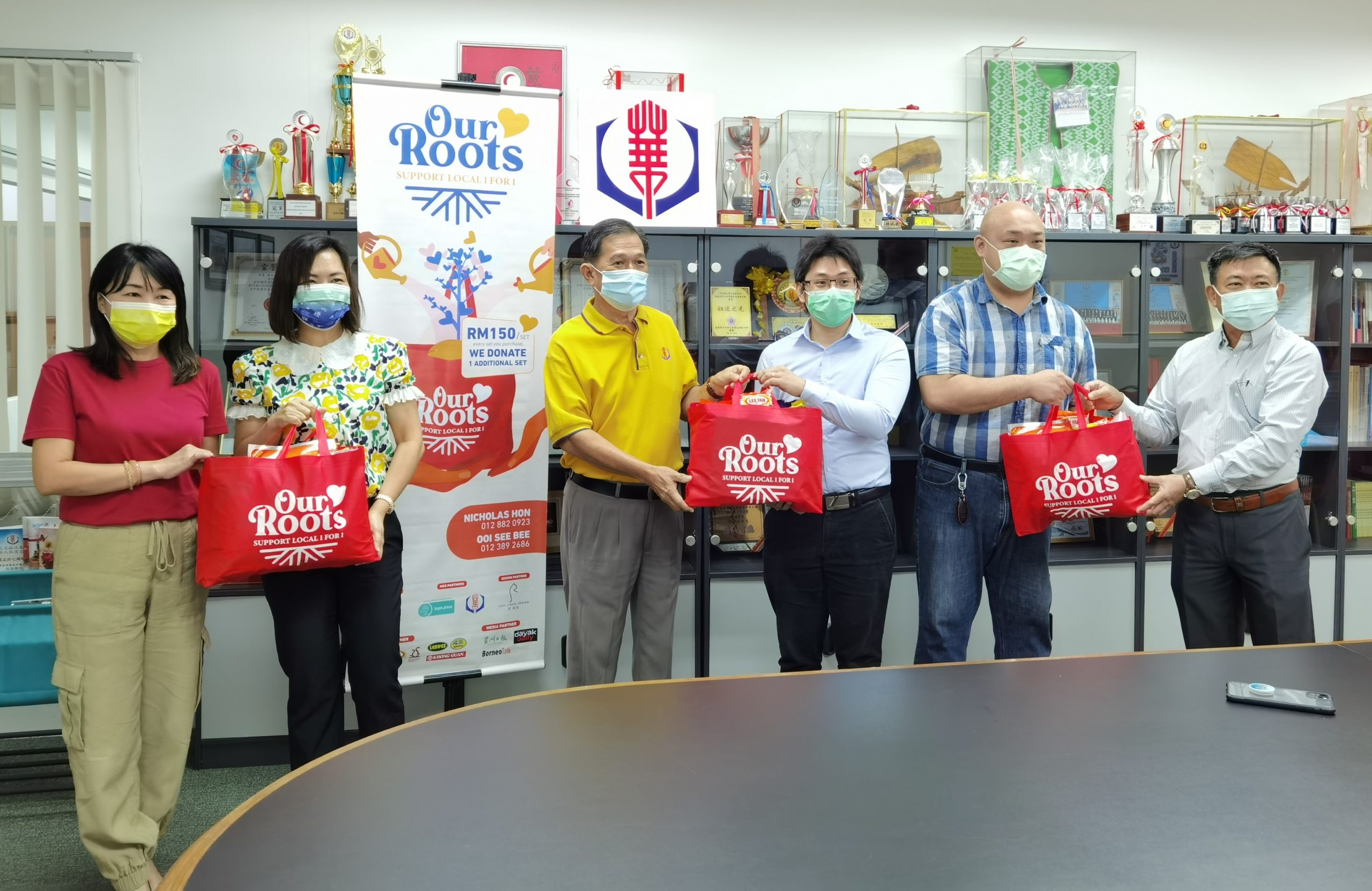 04-02-2021 Our Roots 新年福袋买一送一慈善活动,移交300份福袋予本会派送给弱势群体及贫困家庭